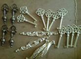ლატუნისგან ვასხამ სხვადასხვა ანტიკვარული ავეჯის დეტალებს (გასაღებები, პეტლები. სახელურები,  მისაკრავები, გასაღების შესაყრელები და ა.შ ). დაგიმზადებთ და შეგიკეთებთ ავეჯის საკეტებსაც.