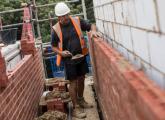 პროფესიონალი მშენებელი 25 წლიანი გამოცდილებით